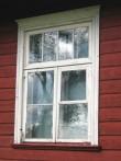 Originaalne lainetavate klaasidega aken pastoraadi lõunaküljel. Foto: M.Koppel. 2009