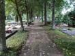 Tudu kalmistu. Foto: Raili Uustalu 15.08.2019. Mälestuskivi platsi ja kalmistu peaväravat ühendav pärnaallee.