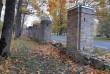 Aruküla mõisa pargi piirdemüür sepisväravaga; osaliselt restaureeritud piirdeaia postid. Foto: K. Klandorf 03.10.2019.