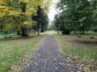 Viimsi mõisa park. Foto: Raili Uustalu 02.10 2019. Vaade peahoone keskteljel asuvale pargiteele paigaldatud mälestusmärgile.