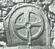 Trapetsikujulise hauaplaadi katke rõngasristiga. 13. saj.(?) (dolomiit) Foto: 1980. aastad