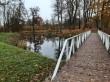 Uuemõisa mõisa park. Foto: Raili Uustalu 18.10.2019. Vaade pargiteelt sillale, saarele ja tiigile.