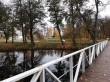 Uuemõisa mõisa park. Foto: Raili Uustalu 18.10.2019. Vaade sillalt kesksele istutusalale. Tiigi kaldal kasvavad sanglepad.