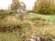 Vaade Pöide kiriku läänefassaadi ees olevatele väljakaevatud müürilõikudele, vaade lõuna suunas. Foto: M. Koppel, 2009.