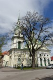 Pärnu Jekateriina kirik, tagaplaanil Vee tn 8/1 elamu. Helle-Triin Hansumäe 22.05.2020
