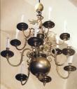 Kroonlühter piiniakäbi ja kotkaga. Annetatud 1659 (messing). Foto: J.Heinla 2002