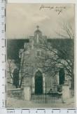 Jämaja kirikuaia algsed väravapostid ja väravad. Foto, 1907.