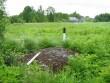 Kultusekivi reg nr 10749, vaade põhjast, taamal Pikametsa talu hooned. Foto: M. Abel, 10.06.2010.