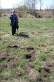 A. Kraut fikseerimas detektorirüüste jälgi Iru linnuse õuel, 12. mai.