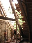 Väike-Maarja kirik 16107-tormikahjustused 08.08.2010 pikihoone põhjakülje kahjustatud katusekatte osa katusealune.    Autor Anne Kaldam  Kuupäev  09.08.2010