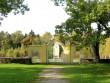 Simuna kirikuaia piirdemüür, 15623, vaade idast peaväravale, kiriku eest, taamal vabadussõja mälestusammas.   Autor : Anne Kaldam  Kuupäev : 24.09.2010