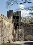 Poolkuutorn, vaade linnuse hoovist. Peaväravatorn, kirdemüür ja Poolkuutorn konserveeriti ja vaateplatvorm ehitati 2005. a. Tõnis Padu foto 19. aprill 2010