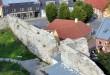 Osutitorn ja põhjamüür, vaade Vahitornist. Müür konserveeriti 2008. a, müüri pealne kaeti Cemisol hüdrisolatsiooni võõbaga. Võõp on viimase paari aasta jooksul lubimördi pinnalt latakatena irdunud. Tõnis Padu foto 24. sept 2010