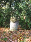 Vaade Kostivere mõisa pargis asuvale skulptuurile.  09.10.2010.