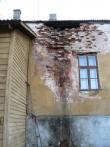 Väimela mõisa teenijatemaja, 18 saj. Kahjustused hoone tagaküljel. Foto Tõnis Taavet, 26.10.2010.