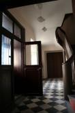 Trepikoda, aadlielamu aegne on arvatavalt ainult maleruuduline marmorpõrand, trepp ja uksed pärinevad 1920ndate remondi käigust. Tõnis padu foto, 15 11 2006