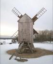 Tuuliku tagantvaade pärast restaureerimistöid. Reinu tuulik on üks väheseid säilinud Saaremaa tuulikuid, kus põlvedepealsel platvormil piiret ei ole ajalooliselt esinenud. Autor: M.Koppel 2011. märts.