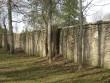 Kõrge  2,5 m piirdemüür regulaarpargiosa taga. foto Riina Pau 06.05.2011