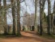 Piirdemüür ja väravad tagumise telje lõpus ja teljel olev viinavabriku korsten foto Riina Pau 06.05.2011