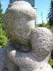 "Skulptuur ""Ema lapsega"". E. Kirs, 1965 (graniit). Detailvaade Foto: Sirje Simson 15.06.2006"