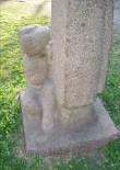 """Skulptuur """"Kodumaa"""". P. Mudist, 1981 (graniit). Detailvaade Foto: Sirje Simson 14.06.2006"""