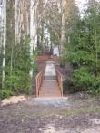 Matmispaiga juurde viib üle kraavi rajatud sild ja plaatidega teerada.