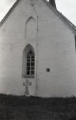 Haljala kiriku kooriruumi aken ja patukahetsuse rist. Foto: Veljo Ranniku 1964