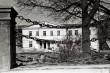 Rakvere mõisa peahoone esikülg ja peavärava kettaed. Foto: V. Ranniku 1960