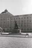 """""""Estonia"""" teatrihoone ja 1905. aasta Uue turu sündmuste monument Pärnu mnt. poolt. Foto: V. Ranniku 1963"""