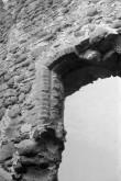 Laiuse linnuse varemed, aknaava idatornis. Foto: V. Ranniku 1965