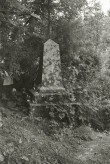 Kaelase mõisa E. von Derfeldeni mälestussammas. Foto: V. Ranniku 1976